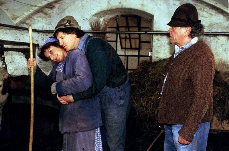 """""""Der Bulle von Tölz - Bauernhochzeit"""", Klara Hopfner wacht nach ihrer Hochzeitsnacht auf und findet ihren frisch gebackenen Ehemann Franz ermordet auf. Benno und Sabrina machen sich sogleich an die Ermittlungen in diesem rätselhaften Fall. Nicht nur die Brüder und der Vater des Toten, sondern auch Klara geraten unter Tatverdacht.Im Bild (v.li.): Monika Baumgartner (Klara), Ernst Cohen (Xaver), Axel Bauer (Hopferbauer). – Bild: ORF 2"""