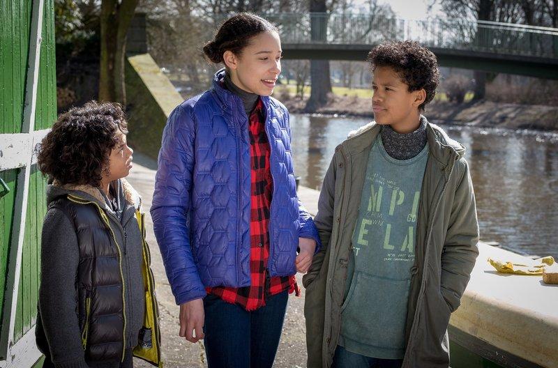 Lisha zeigt Femi und Tayo den Kanuverleih. – Bild: NDR/Boris Laewen