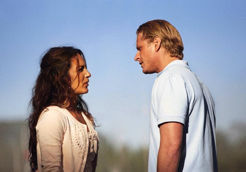 Wegen Henriks (Jonas Malmsjö) Eifersucht kriselt es heftig in seiner Ehe mit Nora (Alexandra Rapaport). – Bild: arte