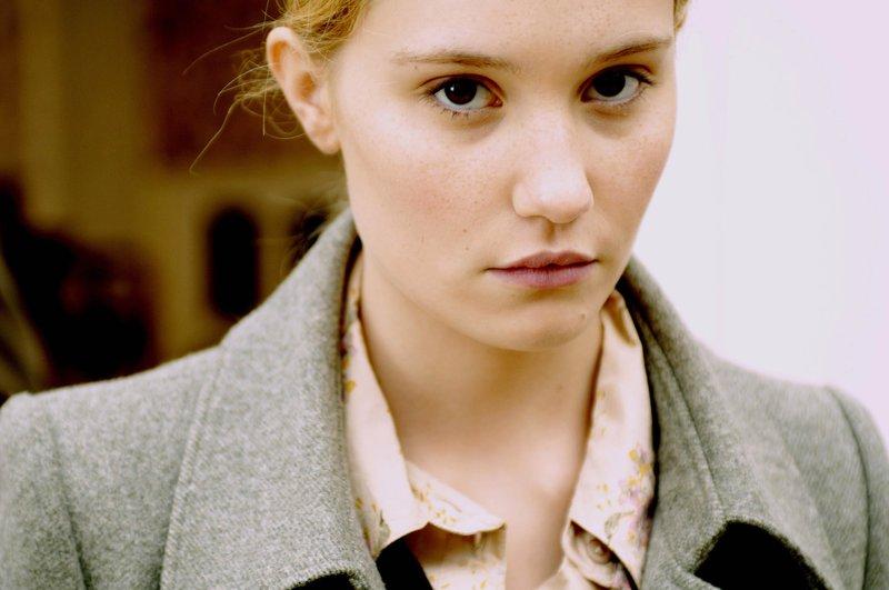 Mit scheinbar unberührtem Gesicht hat Melanie (Déborah Francois) triumphiert. Sie hat eine perfide Rache wie eine Partitur durchexerziert. – Bild: Servus TV