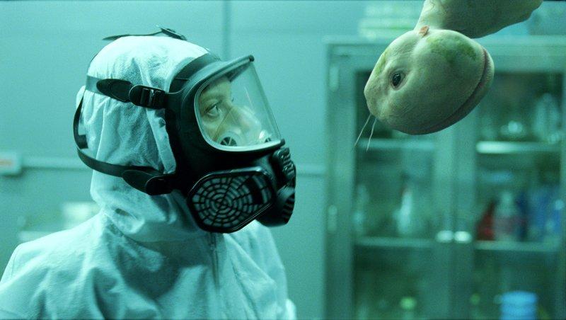 Endlich ein Erfolg? Elsa (Sarah Polley) untersucht das überraschende Ergebnis ihres und Clives Experiments, das ihnen endlich die gewünschten Proteine liefern könnte ... – Bild: 2008 SPLICE (COPPERHEART) PRODUCTIONS INC. - GAUMONT Lizenzbild frei