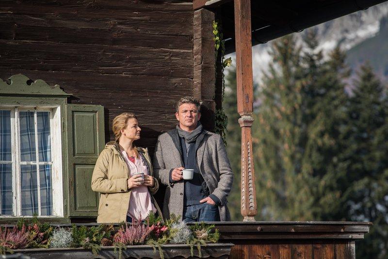 Mit seinen familiären Problemen wendet sich Martin (Hans Sigl, r.) ausgerechnet an seine Ex-Freundin Anne (Ines Lutz, l.). – Bild: ZDF und christian tharovsky.