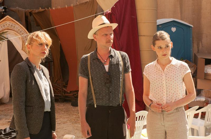 Dr. Eckart (Christina Große), Titus (Robert Stadlober), Jördis (Nadja Bobyleva) bemühen sich um Fassung während Haschim (nicht im Bild) eben diese zu verlieren scheint. – Bild: NDR/BR/Alva Nowak
