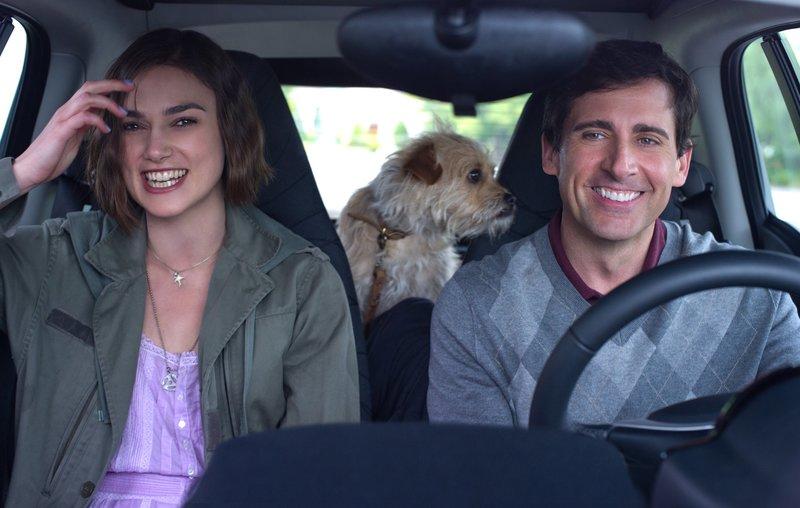 Penny (Keira Knightley) und Dodge (Steve Carell) machen sich auf den Weg, um zunächst Dodge´s Jugendliebe Oliva und anschließend eine Lösung für Pennys Problem zu finden. – Bild: Canal+