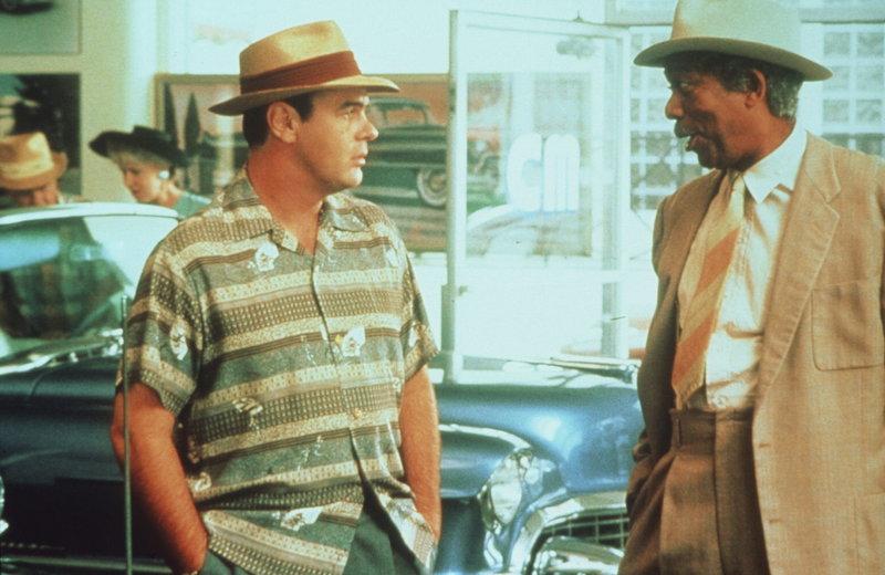 Miss Daisys Sohn Boollie (Dan Aykroyd, li.) engagiert den Schwarzen Hoke Colburn (Morgan Freeman, re.) als Chauffeur für seine Mutter ... – Bild: ProSieben Media AG