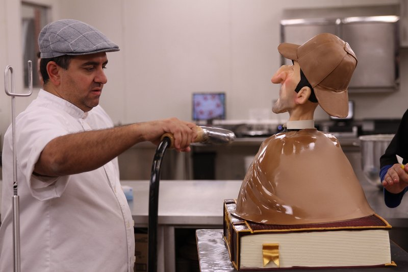 Buddy steams the finished Sherlock Holmes cake to give it a shiny look. – Bild: International Networks / Discovery Communications