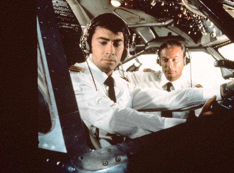 Der Flugkapitän Schneider (Lex Barker, re.) und sein Co-Pilot Chris Bergen (Roy Black, li.) erleben als Junggesellen in Bangkok einige romantische Abenteuer. – Bild: MDR/Degeto