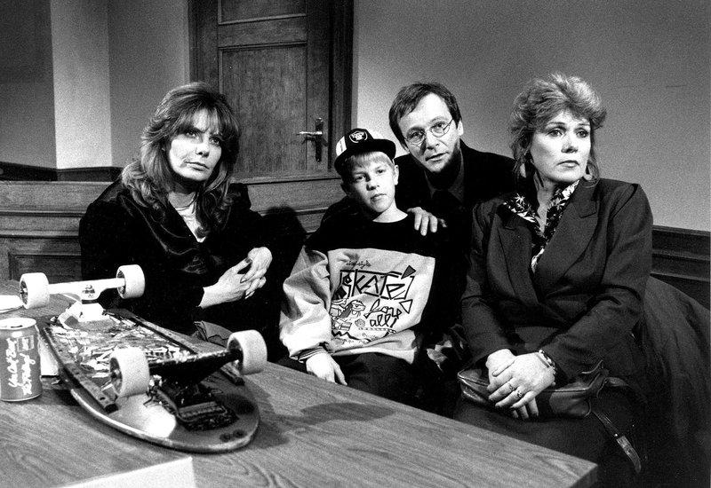 Von links: Dr. Frieda Paetzoldt (Ingrid Schölderle), Basti Wallner (Robert Ring), Richter Wunder (Erich Hallhuber jun.) und Undine Wallner (Margot Dürrmeier). – Bild: Bayerisches Fernsehen