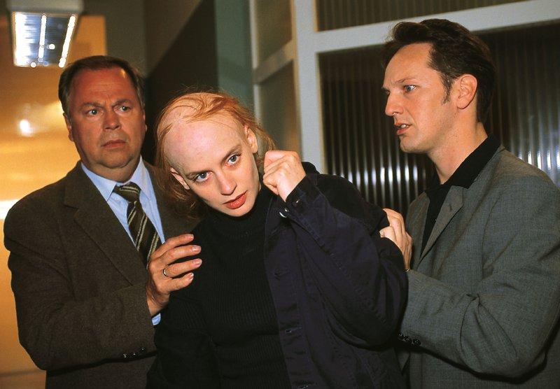 Stefan Kehler (Wolfgang Bathke, li.) und Ralf Bongartz (Max Gertsch) stellen fest, dass Sandra Kirsch (Gunda Ebert) eine Chemotherapie hinter sich haben muß... – Bild: RTLplus