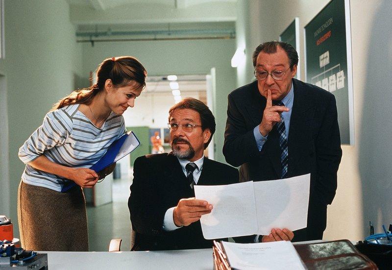 Der Bankberater Dr. Gerber (Jaecki Schwarz) wird von Vinzenz (Götz George) und seiner Assistentin Martina (Susan Anbeh) gehörig reingelegt. – Bild: HR/ARD/Degeto/Norbert Kuhröber