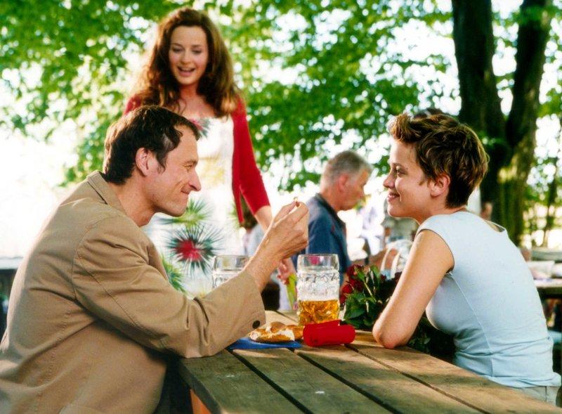 """""""Ich schenk' dir einen Seitensprung"""" Erik (Markus Knüfken) will seiner Freundin Sofie (Muriel Baumeister, re.) gerade einen Heiratsantrag machen, als die """"gute"""" Bekannte Melissa (Franziska Schlattner) nebenbei erwähnt, wie nett die der Abend mit Erik war. – Bild: BR Fernsehen"""