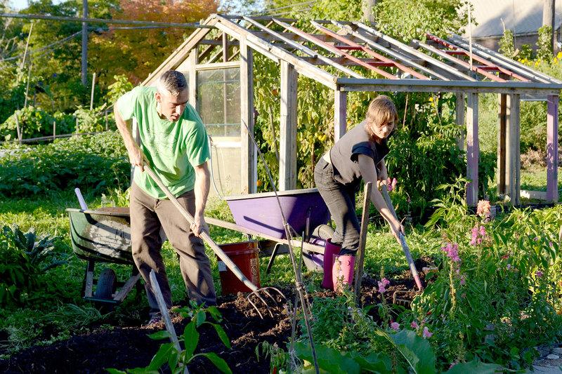Andrew und Kinga in ihrem Garten in Detroit – Bild: BR / © Close Up Films/M. Pitteloud