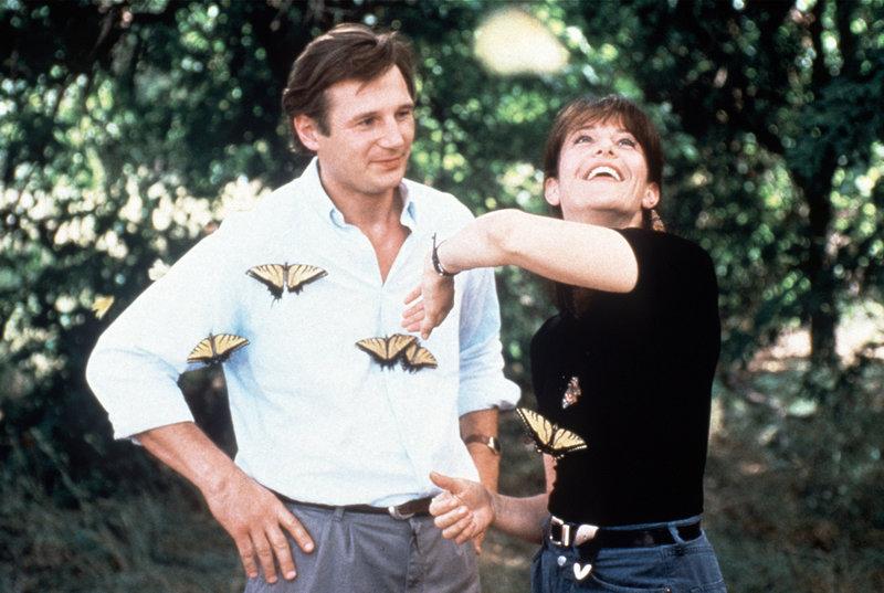 Rustwater`s Sheriff Will (Liam Neeson, l.) ist von der lebenslustigen Jane (Debra Winger, r.) sehr angetan ... – Bild: Paramount Pictures Lizenzbild frei