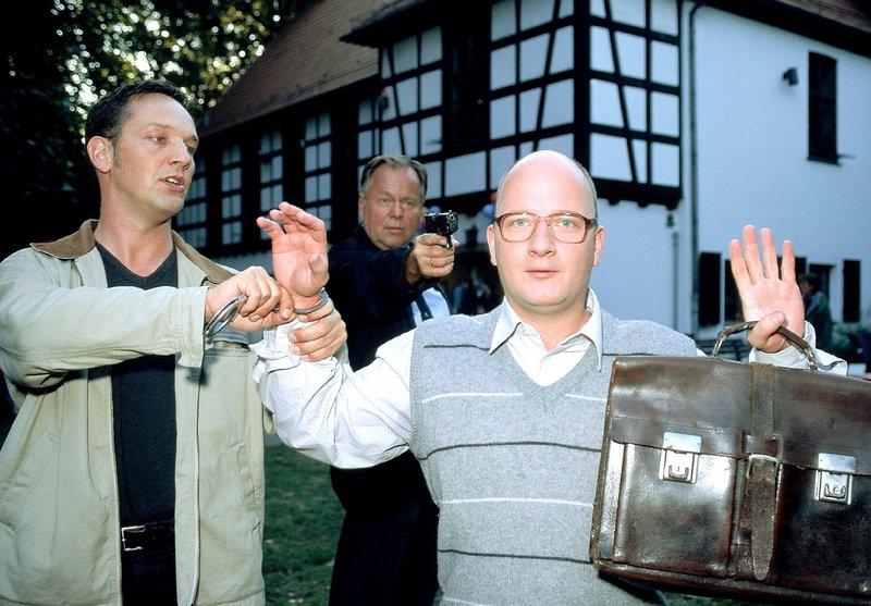 Achim Fiedler (Holger Kunkel, re.) wird von den Beamten Bongartz (Max Gertsch, li.) und Kehler (Wolfgang Bathke) als Tatverdächtiger festgenommen. – Bild: RTLplus