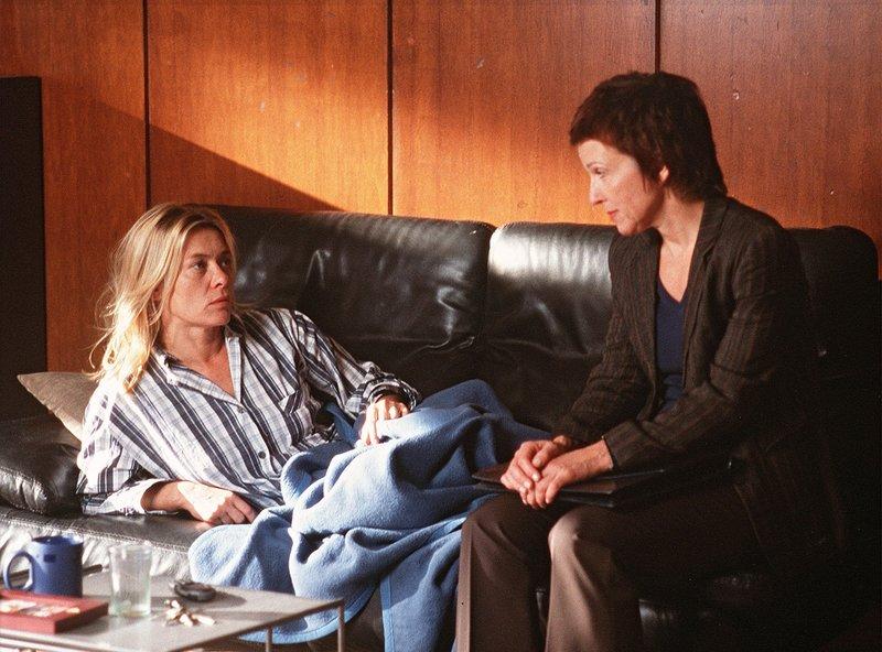 Nach einem Streit mit ihrem Mann übernachtet Ina (Barbara Rudnik, li.) in ihrem Büro, zur Überraschung ihrer Kollegin Susanne Merkur (Eva Kryll). – Bild: ARD/Degeto/Maria Krumwiede