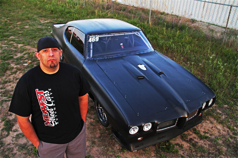 Big Chief standing in front of his car. – Bild: Discovery Channel / Discovery Communications