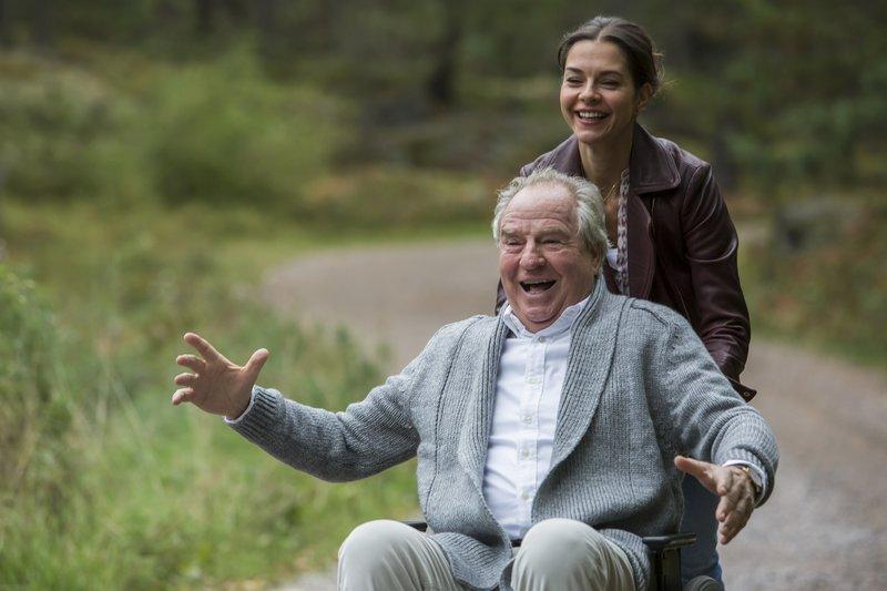 Allmählich freundet sich Ingmar (Friedrich von Thun) mit Elin (Susan Hoecke) an. – Bild: ZDF/Daniel-von-Malmborg