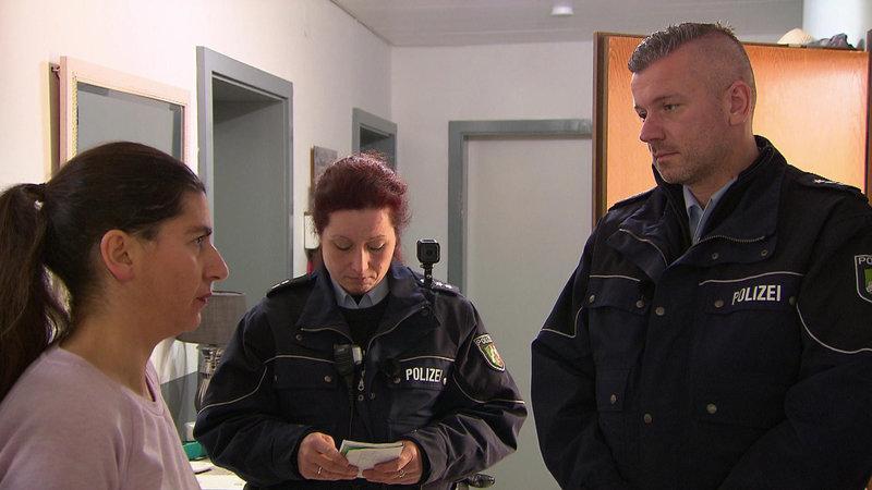 Die Beamten sollen einen Schulschwänzer zur Schule bringen. Die Mutter (li.) weiß von nichts... – Bild: RTL II