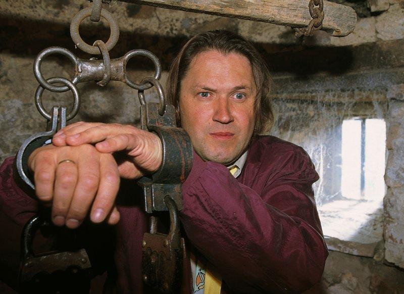 Hajo (Michael Brandner) ist festgekettet. Er hat mit Dieter in der Folterkammer des Schlosses herumgespielt und ist nun in eine prekäre Situation geraten. – Bild: RTLplus