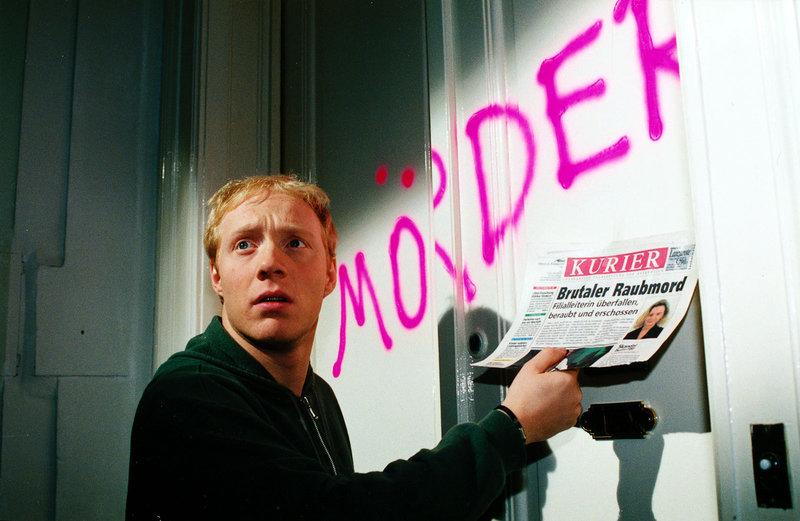 Der vorbestrafte Moritz Hollub (Simon Schwarz) erfährt aus der Zeitung, dass in der Nähe seiner Wohnung ein Raubmord begangen wurde. Er wird verdächtigt, der Mörder zu sein ... – Bild: Sat.1 Eigenproduktionsbild frei