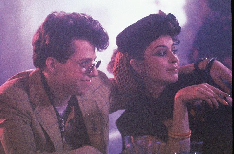 Duckie (Jon Cryer, l.) und Iona (Annie Potts, r.) stammen aus ähnlichen Verhältnissen wie Andie. Auch sie können mit den reichen und überheblichen Mitschülern von Andie nicht viel anfangen. – Bild: ZDF und Laurel Moore