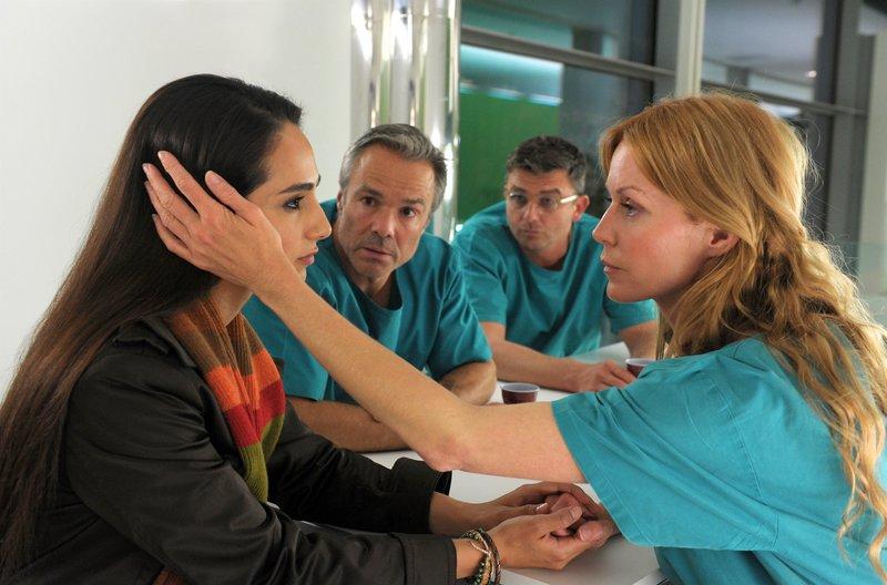 Asli Bayram (Bhakid), Hannes Jaenicke (Marco), Hans Sigl (Gerd), Esther Schweins (Sina). – Bild: ORF