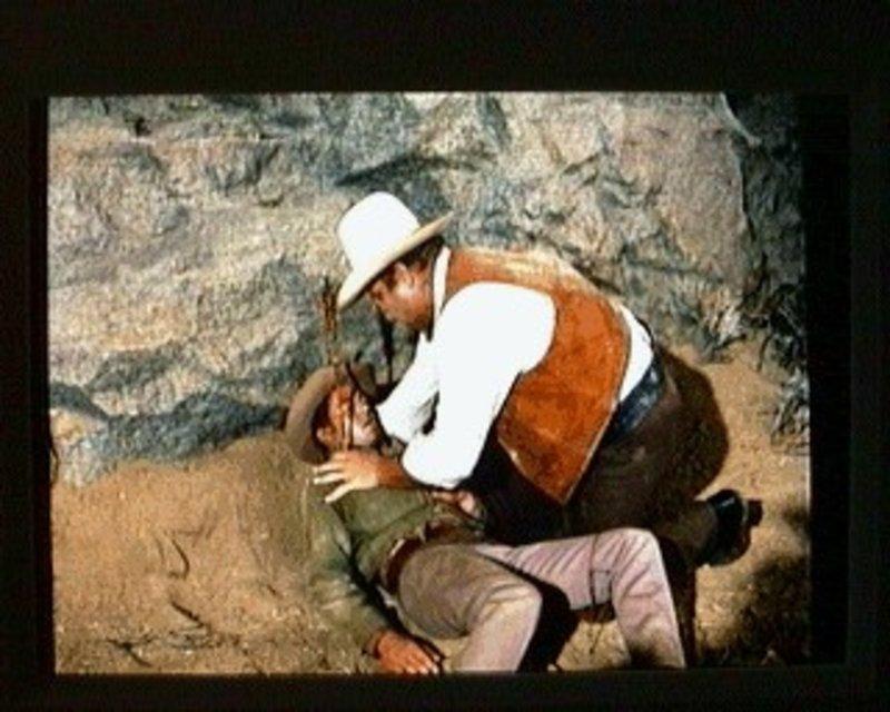 Hoss (Dan Blocker, r.) ist heilfroh, daß er Little Joe (Michael Landon, l.)noch rechtzeitig gefunden hat. Little Joe ist von Indiandern angeschossen worden, die in der Gegend von Sweet Water eine Patroullie angegriffen haben. Die Verwundeten werden auf der Ponderosa-Ranch versorgt. – Bild: Sat.1 Gold