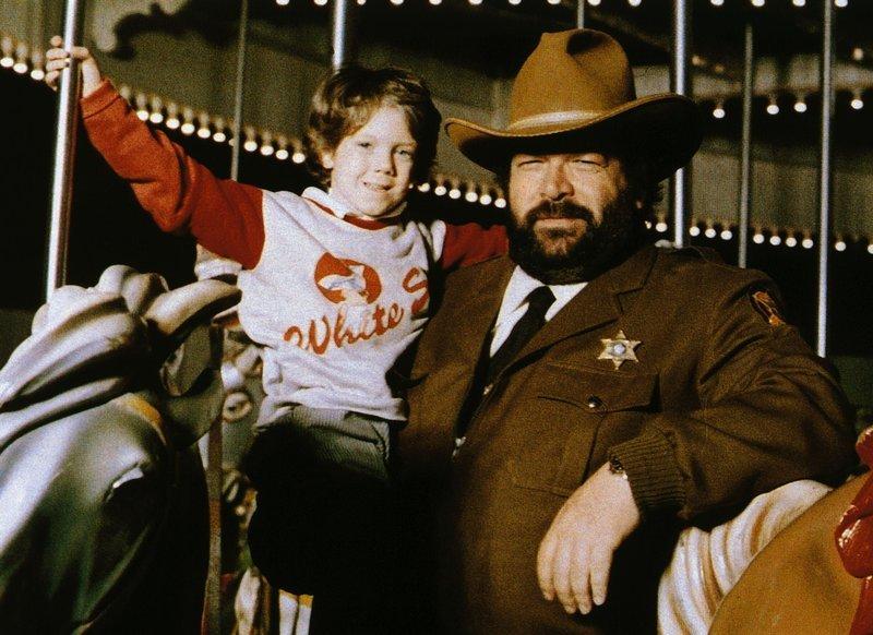 """Sheriff Spencer (Bud Spencer, re.) hat auf einem Rummelplatz einen außergewöhnlichen Jungen aufgegabelt: """"H-7–25"""" (Cary Guffey) kommt von einem fremden Planeten. – Bild: RTL"""