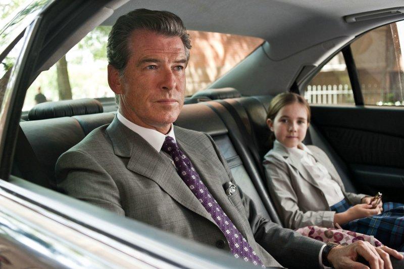 11. September 2001: Charles (Pierce Brosnan) fährt Caroline (Ruby Jerins) in die Schule. – Bild: ZDF und Myles Aronowitz