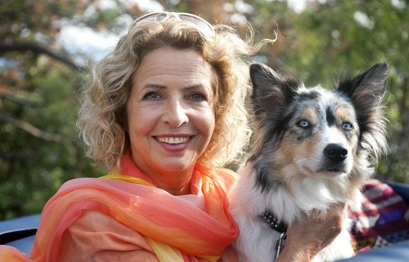 Elsa (Michaela May) bricht zusammen mit ihrem Hund ?Herr Schmidt? nach Istrien auf. – Bild: MDR/Degeto/Hassan Abdelghani