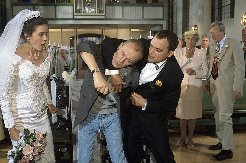 14. Als Birte und Erik heiraten, entführt Robert, Birtes Ex-Freund, die Braut. (v.l.n.r.: Patricia Schäfer, Marbo Becker, Jürgen Beck-Rebholz ) – Bild: ZDF