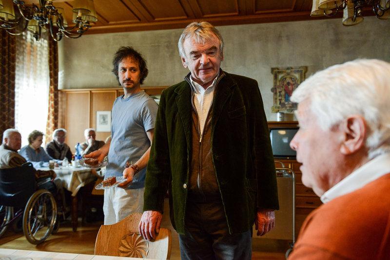 Der Pfleger Robert beobachtet Sommer skeptisch (v.li.: Michael Ostrowski, Branko Samarovski, Peter Weck) – Bild: ORF