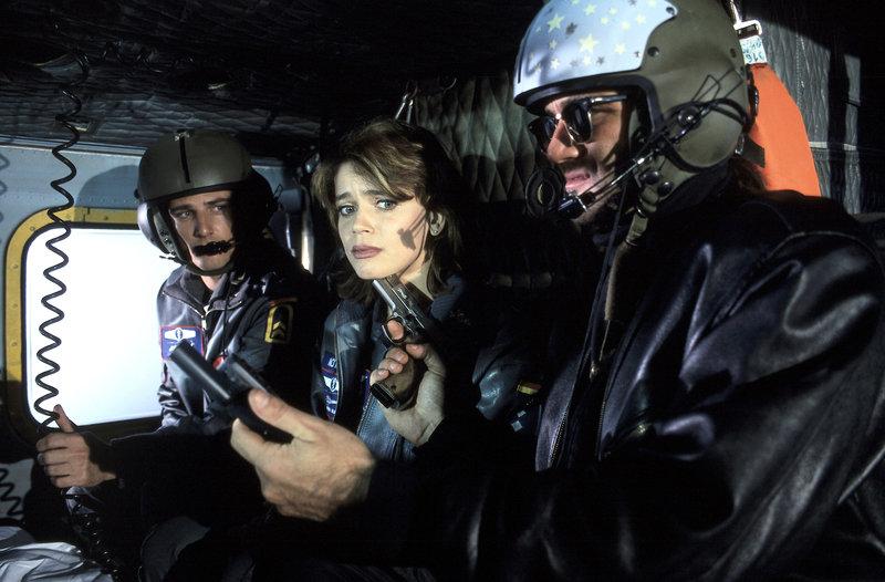 Die Rettungsflieger Leo (René Steinke, l.) und Maren (Gerit Kling, M.) werden für einen gewaltsamen Gefängnisausbruch missbraucht. – Bild: ZDF