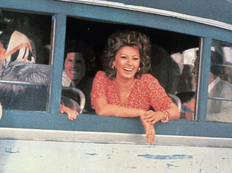 Filumena (Sophia Loren) besucht ihre Kinder, die bei guten Freunden aufwachsen. – Bild: ZDF und ARD Degeto