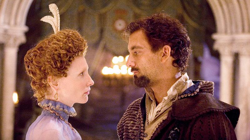 Elizabeth (Cate Blanchett) und Sir Walter Raleigh (Clive Owen) fühlen sich zueinander hingezogen – Bild: RTL II