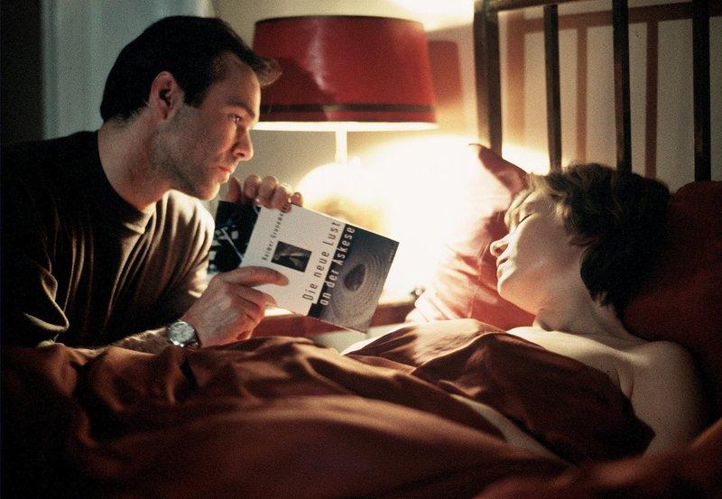 rbb Fernsehen DonnerstagsFilm, DIE LIEBE MEINES LEBENS, am Donnerstag (04.12.14) um 20:15 Uhr. Der Schriftsteller Robert (Hannes Jaenicke) liebt die verheiratete Anna (Aglaia Szyszkowitz). – Bild: rbb/Degeto