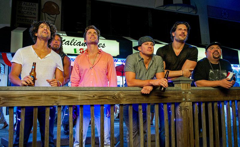 L-R: Tito (Adam Rodriguez), Tarzan (Kevin Nash), Ken (Matt Bomer), Mike (Channing Tatum), Big Dick Richie (Joe Magnaniello), Tobias (Gabriel Iglesias). – Bild: ORF
