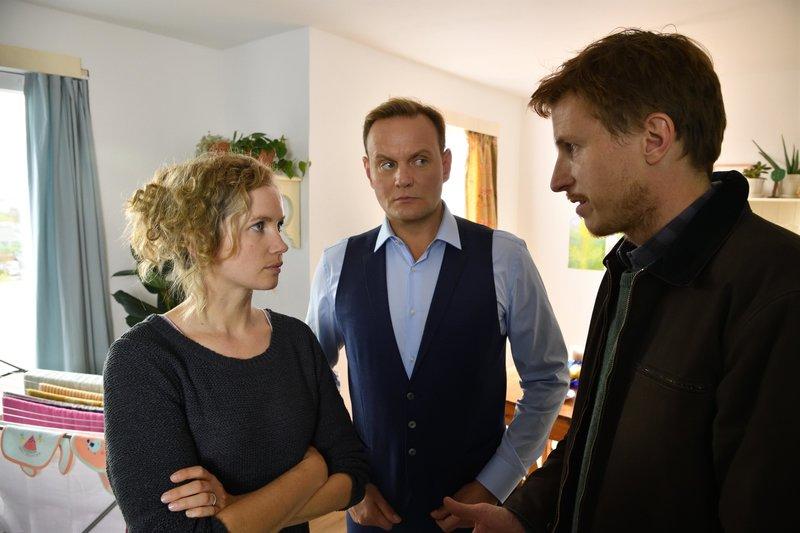 Jasmin (Cornelia Gröschel, l.) möchte nicht, dass ihr Mann Mads (Golo Euler, r.) ein weiteres Mal mit seinem Bruder (Devid Striesow, M.) an einem Mordfall zusammenarbeitet. Sie fängt einen Streit an. – Bild: ZDF und Hardy Spitz.
