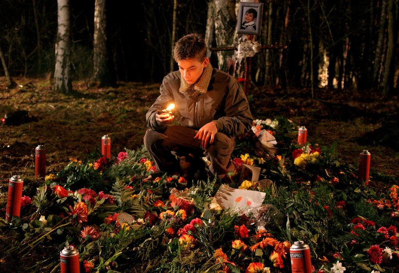 Milan Christ (Yoshij Grimm) trauert um seinen kleinen Bruder Jakob. – Bild: ZDF