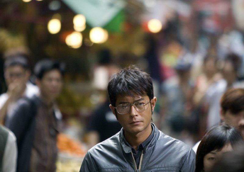 Profikiller Ho Kwog Fai (Louis Koo) glaubt, dass ein anderer Killer auf ihn angesetzt wurde. – Bild: ARD Degeto/Wild Bunch