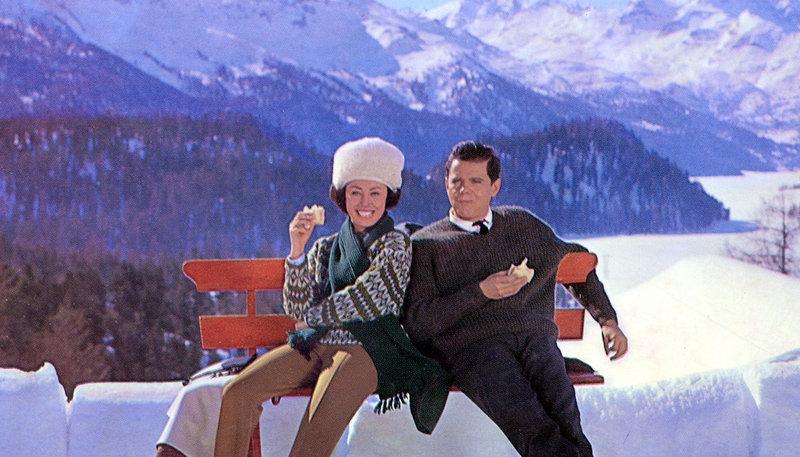 Heizungsingenieurin Rossi (Caterina Valente) wird zum Weihnachtsengel für den überforderten Hotelier Norbert Lang (Walter Giller). – Bild: MDR/Schweizer Fernsehen