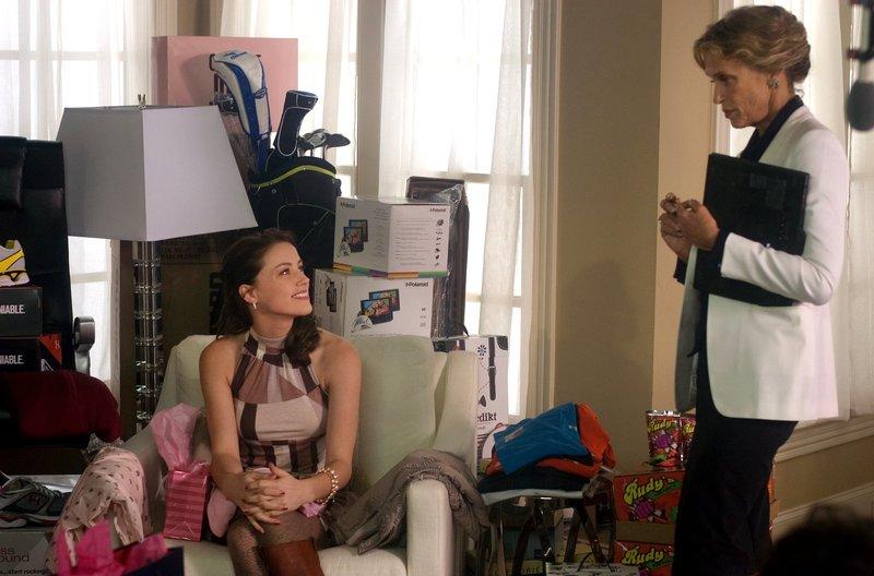 Die Managerin KC (Lauren Hutton, stehend) ist mit Jenns (Amber Heard, li.) Vekaufsleistungen nicht ganz zufrieden. – Bild: ZDF und ARD Degeto/© 2010 The Joneses