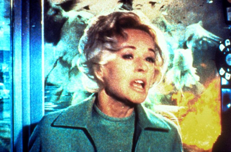 """Mit der Ankunft Melanies (Tippi Hedren) in dem beschaulichen Küstenort """"Bodega Bay"""" beginnt eine Reihe mysteriöser Ereignisse - sie wird von Vögeln attackiert und flüchtet sich in eine Telefonzelle ,,, – Bild: 2000 Universal Studios Lizenzbild frei"""