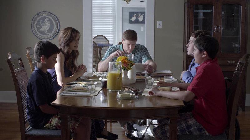 Die Familie beim Essen – Bild: Bibel TV