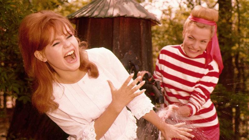 Gerti (Margitta Scherr, l.) und Evelyn (Vivi Bach) haben Spass – Bild: Bibel TV
