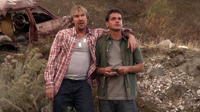 Wayne (David A.R. White) und John Paul (Kevin Downes) (v.l.) – Bild: Bibel TV