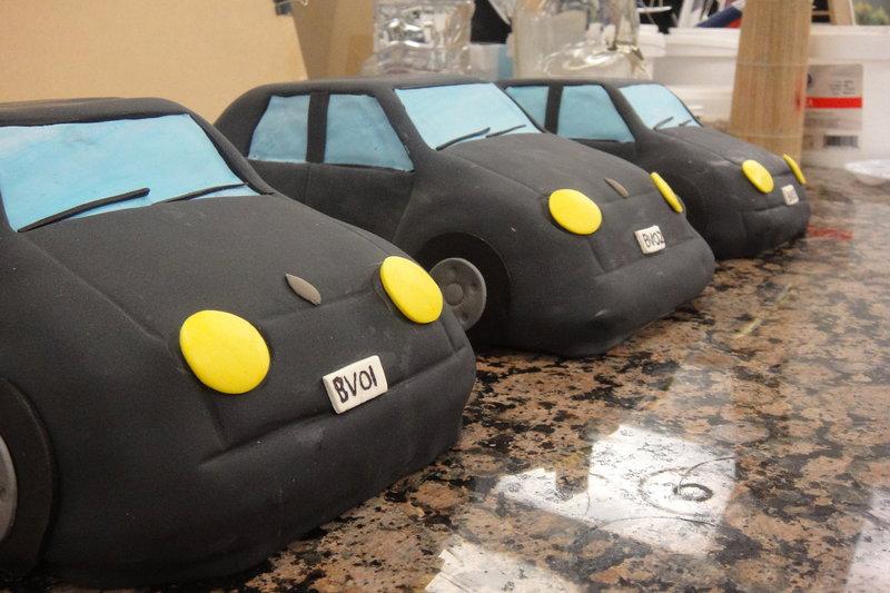 Edible car sculptures for the car wash cake. – Bild: TLC