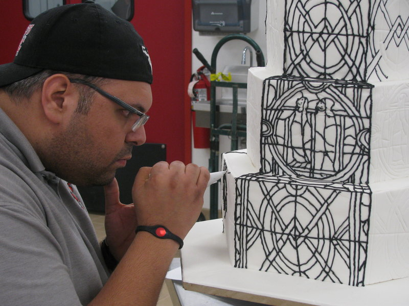 Frankie Amato pipes onto the stained glass cake. – Bild: TLC