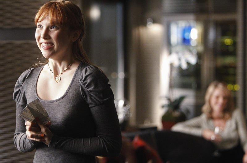 Alexis (Molly C. Quinn, l.) ist völlig aus dem Häuschen als sie von ihrer Mutter ((Monet Mazur, r.) Konzertkarten inklusive Backstagepässen bekommt. – Bild: Pro7Sat1MediaAG