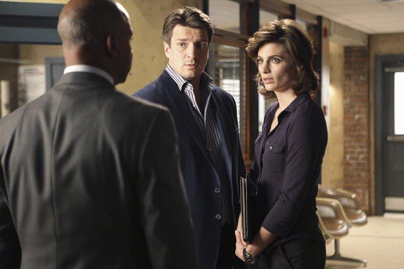 Captain Roy Montgomery (Ruben Santiago-Hudson, l.) bespricht mit Beckett (Stana Katic, r.) und Castle (Nathan Fillion, M.) die weitere Vorgehensweise. – Bild: kabel eins